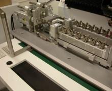 Doppel-Bondstation für 3D-MID´s mit 2 Werkstückträgern für je 6 Produkte; die Produkte werden jeweils gleichzeitig gedreht und gekippt, um auf den verschiedenen Ebenen des Produkt bonden zu können