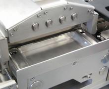 In Transportsystem integrierte Reinigungsstation zum Abblasen der Produkte mit Reinstluft und Absaugung