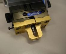 Greifer für Hall-Sensor mit integriertem Pusher zum Eindrücken des Sensors ins Gehäuse