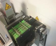 Magazin-Lift in Maschine integriert, kurzer Pusher durch Einzugrollen